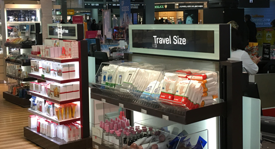 Wet wipes in schappen op vliegveld