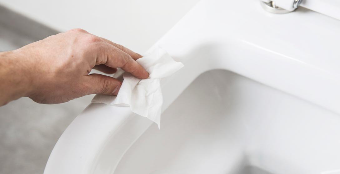 WC schoonmaken met wet wipe